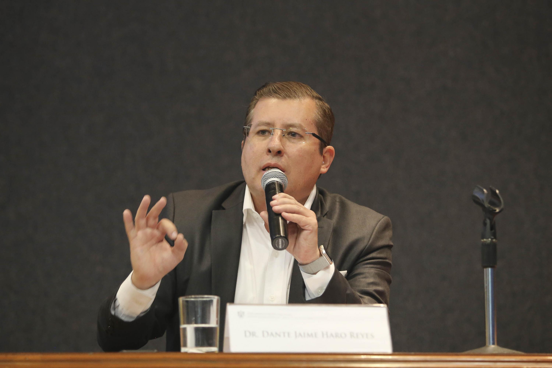 Dante Jaime Haro Reyes hablando al micrófono
