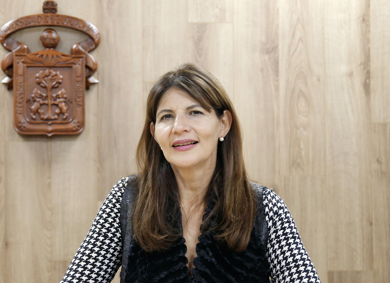 Raquel Edith Partida Rocha en una rueda de prensa