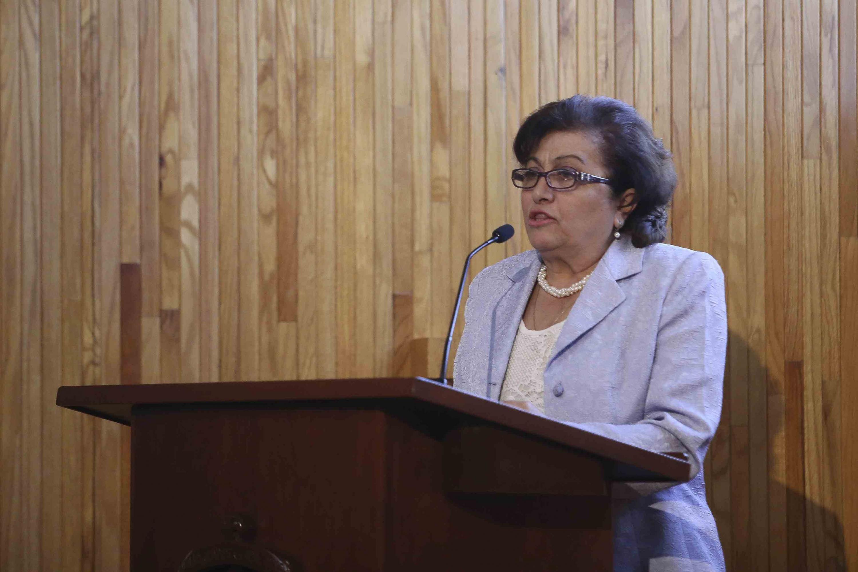 Elia Marum Espinoza haciendo uso de la palabra, desde el podio.
