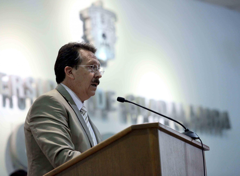 Ddoctor Juan de Jesús Taylor Preciado, Director del Hospital Veterinario de Pequeñas Especies, del Centro Universitario de Ciencias Biológicas y Agropecuarias, de la Universidad de Guadalajara; en podium haciendo uso de la palabra.