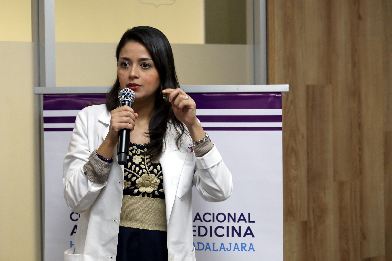 Médica adscrita al Servicio de Rehabilitación, de la unidad Fray Antonio Alcalde, Nelsi Alejandra González, haciendo uso de la palabra