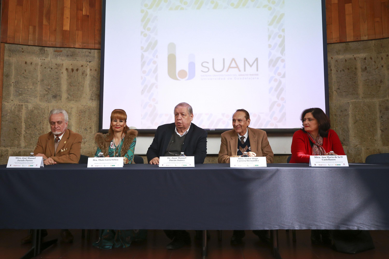 Mesa del presidium de la ceremonia con autoridades del Sistema Universitario del Adulto Mayor