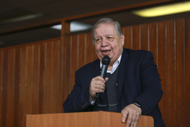 doctor Juan Manuel Durán Juárez habla desde el podium al público asistente