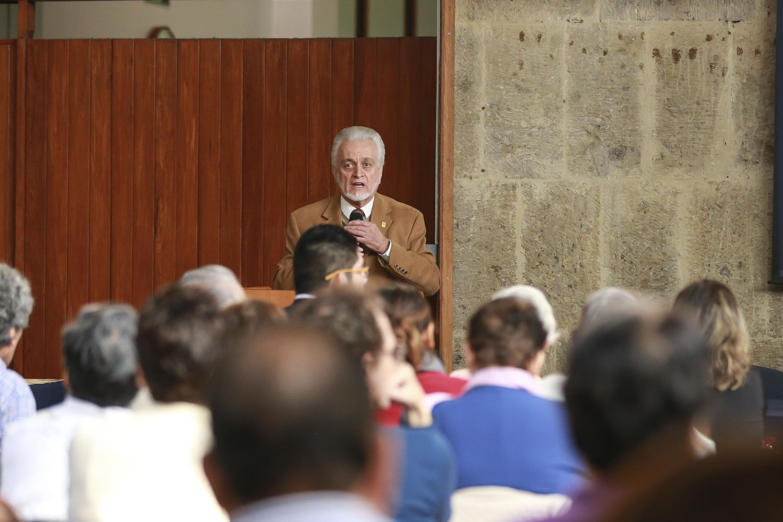 El  maestro José Manuel Jurado Parres hablando a los alumnos del SUAM