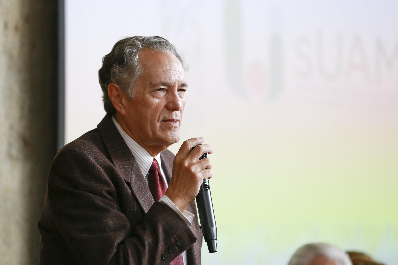 El Coordinador del SUAM, doctor Javier García de Alba hablando a los alumnos del SUAM