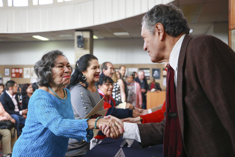 El Coordinador del SUAM, doctor Javier García de Alba saluda de mano a una de las graduadas