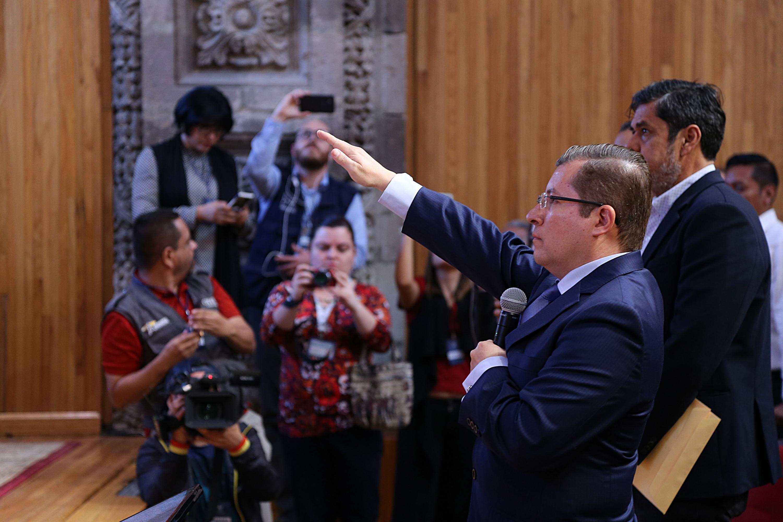 Doctor Dante Jaime Haro Reyes como el primer Defensor de los Derechos Universitarios de esta Casa de Estudio, tomando protesta de su nuevo cargo
