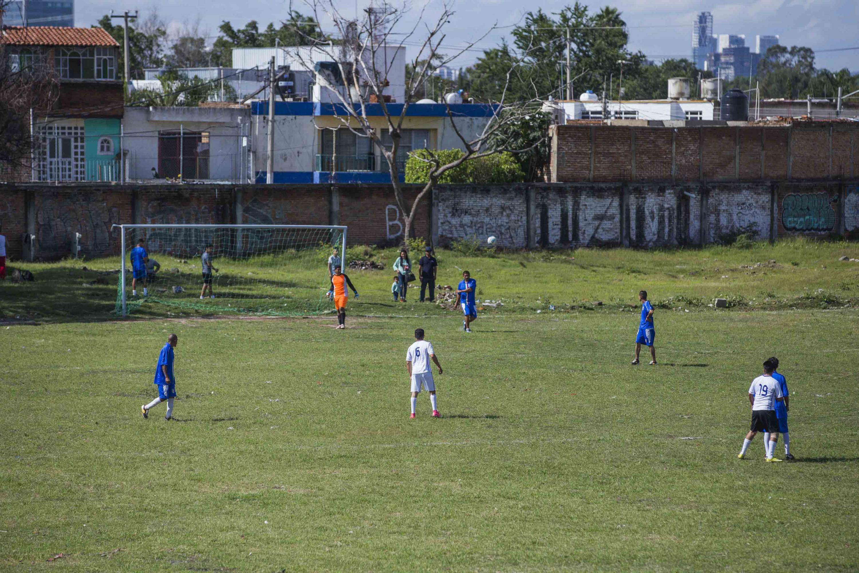Sobre la zona arqueologica de El Grillo se juegan partidos de futbol barriales