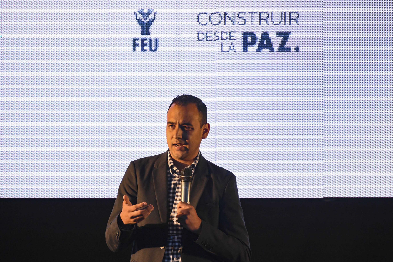 Jesús Arturo Medina Varela habla desde el estrado al publico