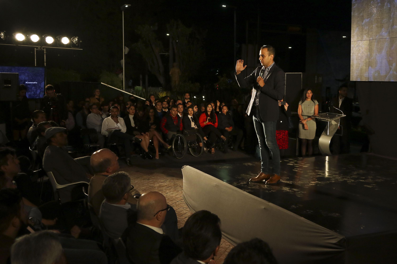Jesús Medina hablando al publico presente desde el estrado