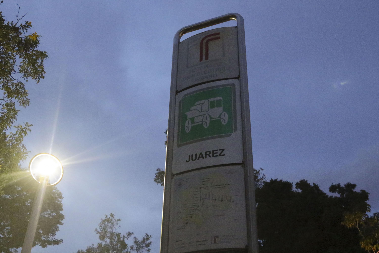 Anuncio con la señalizacion de la estacion Juarez del Tren Ligero antes de su reemplazo