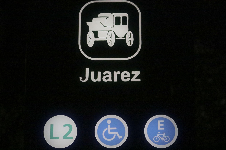 Señaletica de la estacion Juarez del tren ligero y señales de accesibilidad y estacionamiento