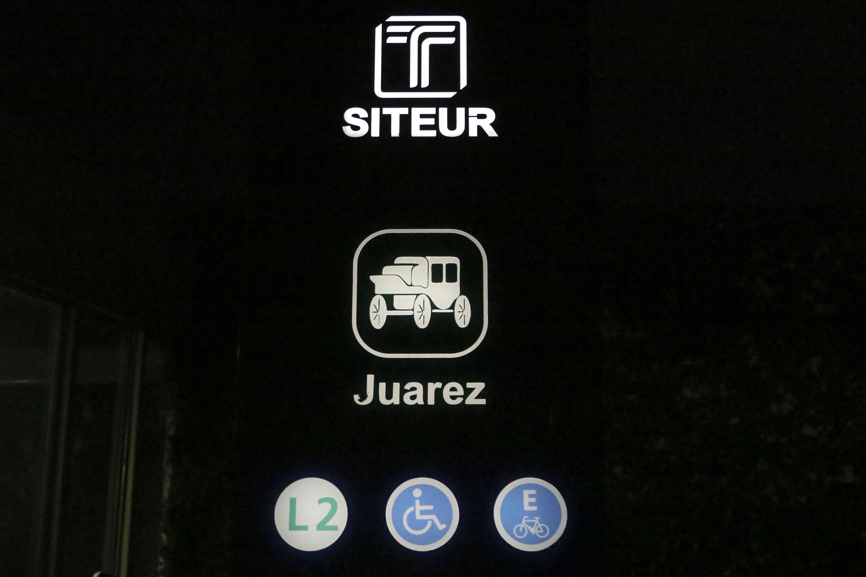 Señaletica de la estacion Juarez y SITEUR  del tren ligero y señales de accesibilidad y estacionamiento