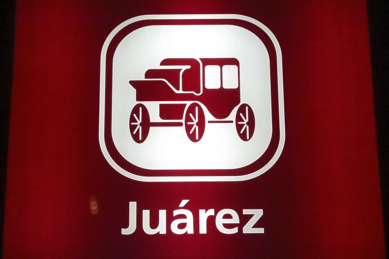 Icono de la estacion Juarez es representado por un carruaje sobre un fondo rojo