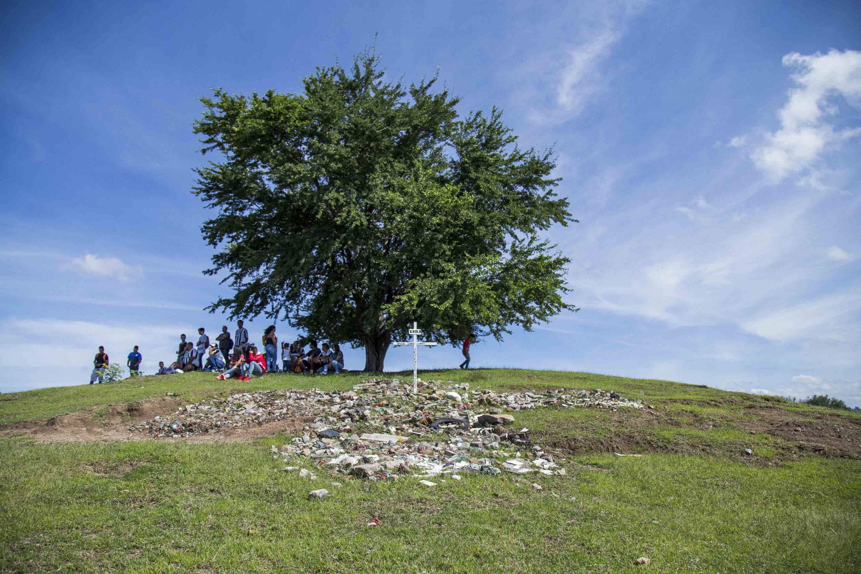 Un grupo de personas sentados a la sobra de un arbol en el cerro del Grillo