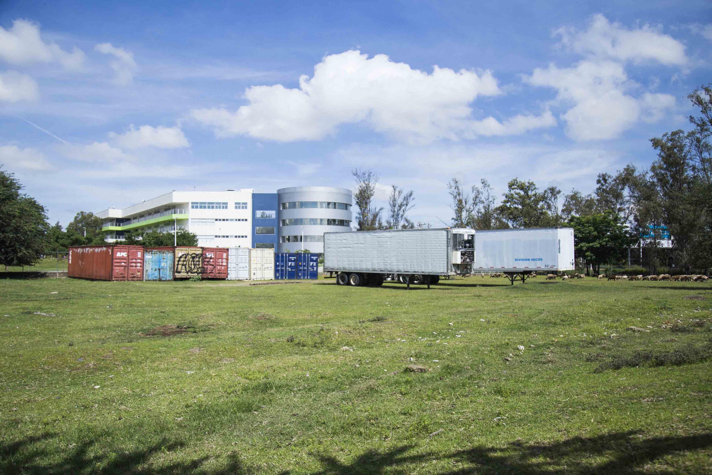 Contenedores y cajas de trailer descansan sobre el terreno arqueológico