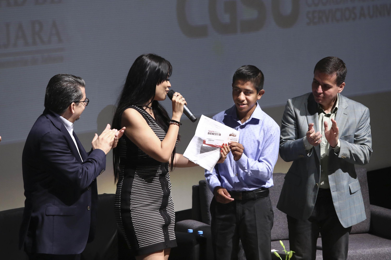 Autoridades de la Universidad de Guadalajara y del gobierno entrega becas a alumnos de licenciaturas de la UdeG