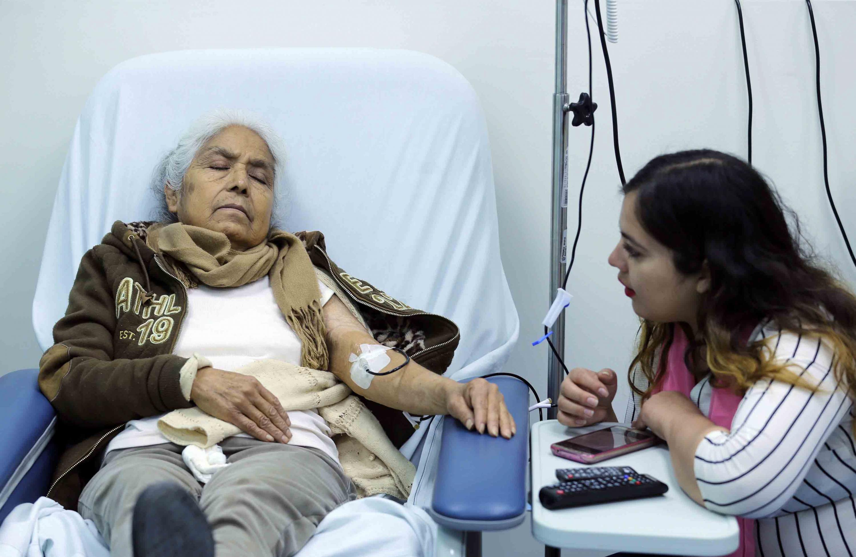 Paciente recibiendo quimioterapia en el Hospital Civil de Guadalajara (HCG)
