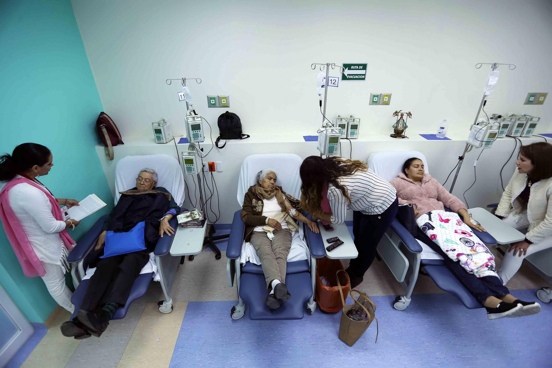 Pacientes recibiendo su quimioterapia en el Hospital Civil de Guadalajara (HCG)