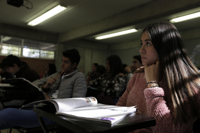 Estudiantes de bachillerato en su aula tomando clases