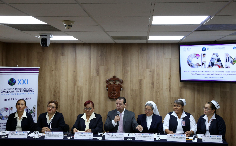 Presidente Ejecutivo de este congreso, doctor Martín Gómez Lara, hablando frente al micrófono durante la rueda de prensa