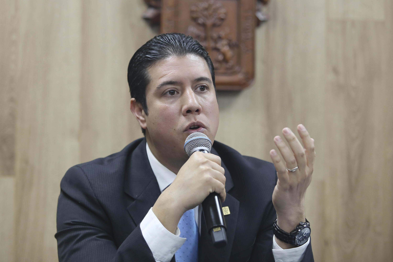 Coordinador de la Especialidad en Odontopediatría, del Centro Universitario de Ciencias de la Salud (CUCS), doctor José María Chávez Maciel, haciendo uso de la palabra durante la rueda de prensa