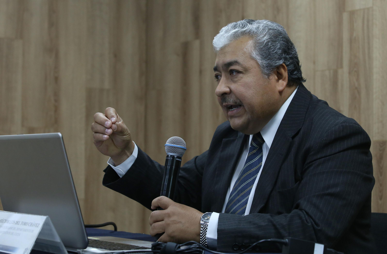 El doctor Héctor Luis del Toro Chávez hablando al microfono con los medios