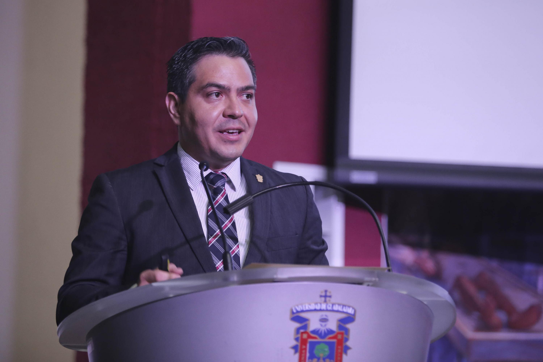 Coordinador General de Cooperación e Internacionalización, maestro Miguel Ángel Sígala Gómez, haciendo uso de la palabra frente al micrófono