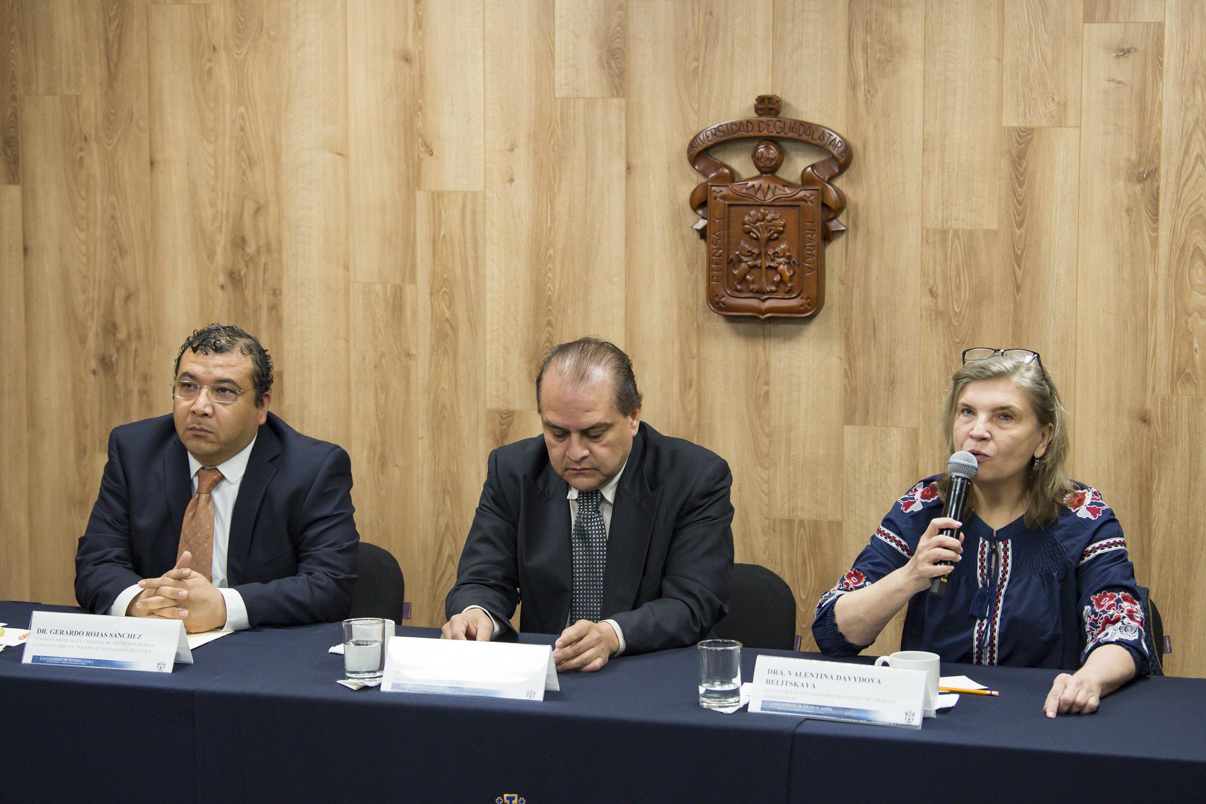Los tres investigadores estuvieron sentados en la mesa de presentadores
