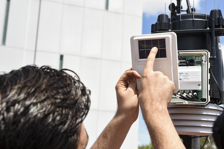 Un investigador realiza la lectura de los datos del equipo de monitoreo del aire en la Zona Metropolitana de Guadalajara