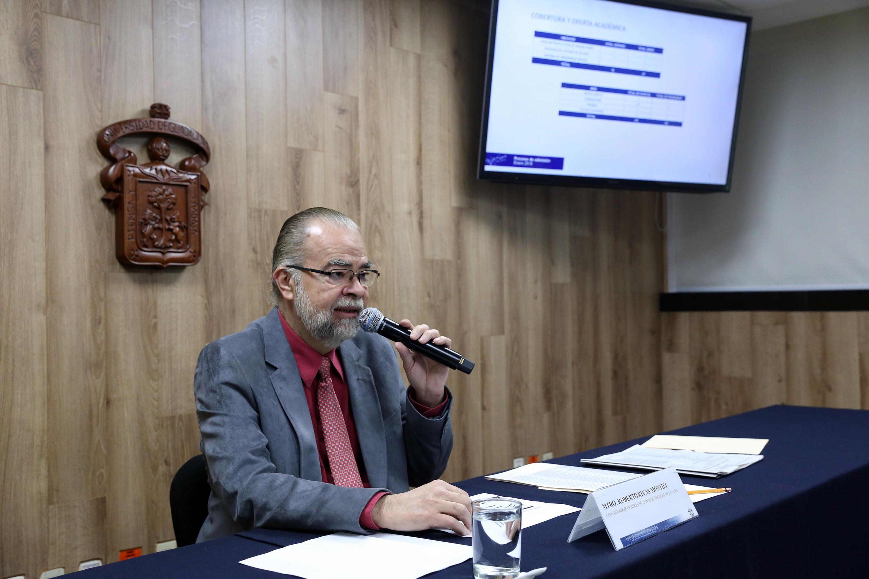 El maestro Roberto Rivas Montiel exponiendo ante los medios las estadisticas de ingreso del calendario 2019 A