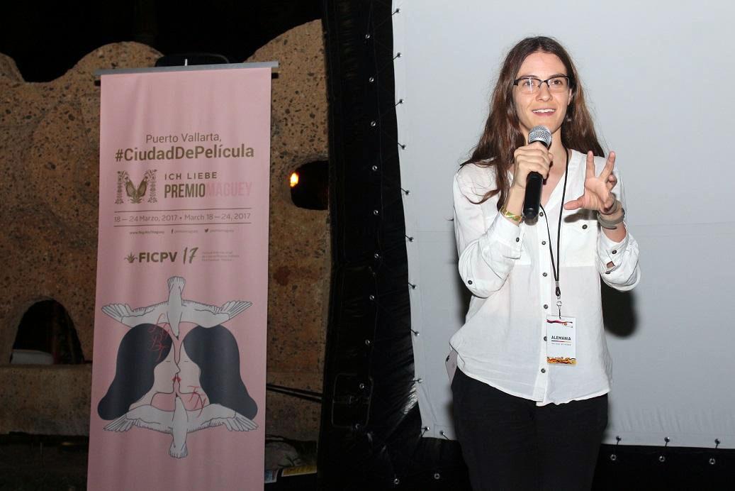 La directora cinematográfica Sofía Gomez Córdova, egresada del Departamento de Imagen y Sonido, con micrófono en mano; haciendo uso de la palabra.