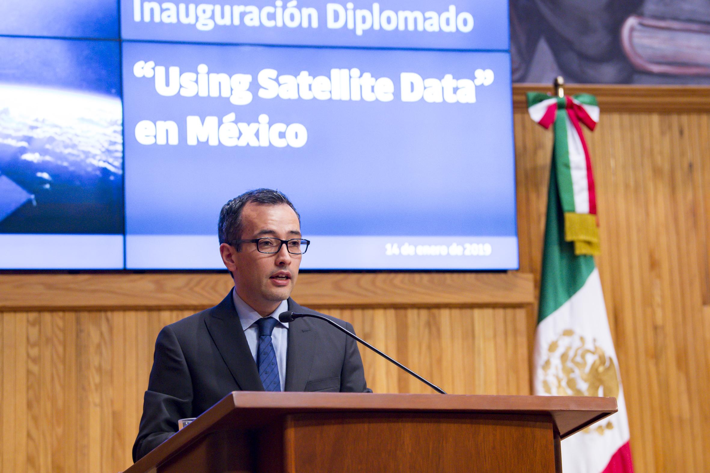 Vicerrector Ejecutivo de la UdeG, doctor Carlos Iván Moreno Arellano, haciendo uso de la palabra durante la inauguración del Diplomado de Uso de Datos Satelitales
