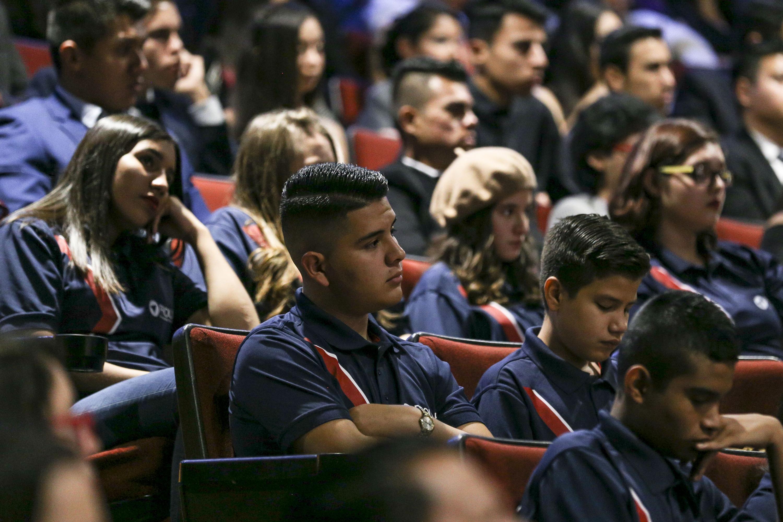 Estudiantes sentados en los asientos de un auditorio de la universidad