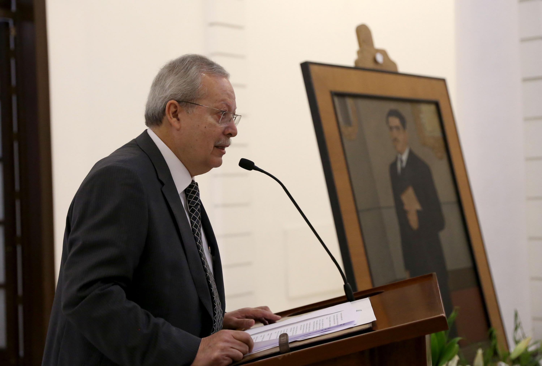 Un hombre hablando al microfono durante la ceremonia en memoria de  Constancio Hernández Alvirde