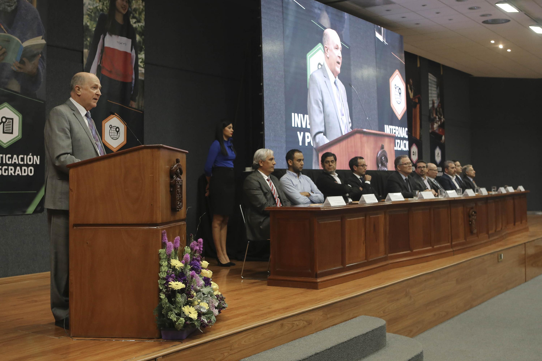 Rector general de la Universidad de Guadalajara, doctor Miguel Ángel Navarro Navarro, haciendo uso de la palabra durante el informe del rector del CUCEA