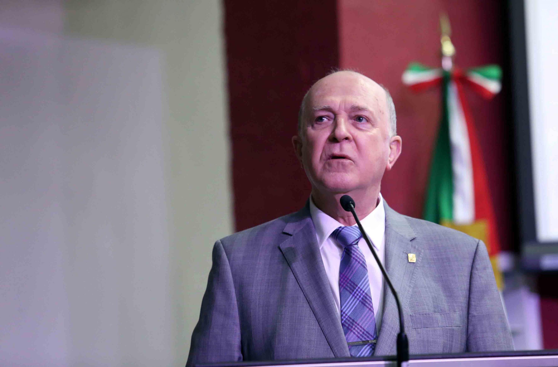 El Rector General hablando al microfono en el auditorio del CUCS