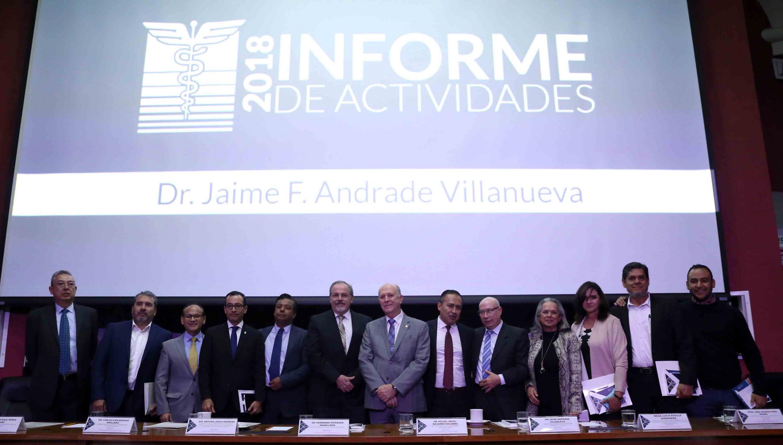 Fotografía final con todos los miembros del presidium del informe del rector de CUCS