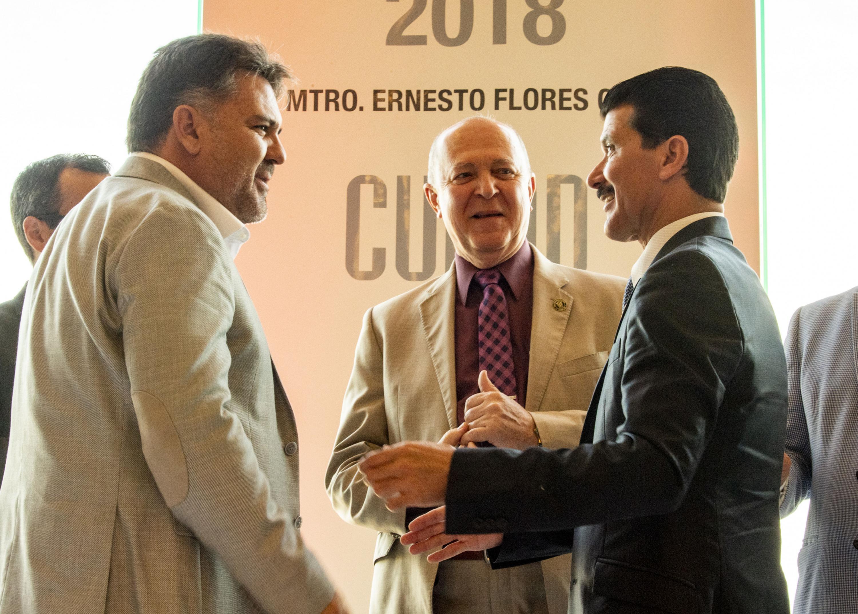 Rector General de la UdeG, doctor Miguel Ángel Navarro Navarro y el maestro Ernesto Flores Gallo