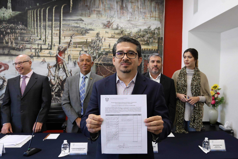 Alberto Castellanos muestra el acta de registro de su candidatura