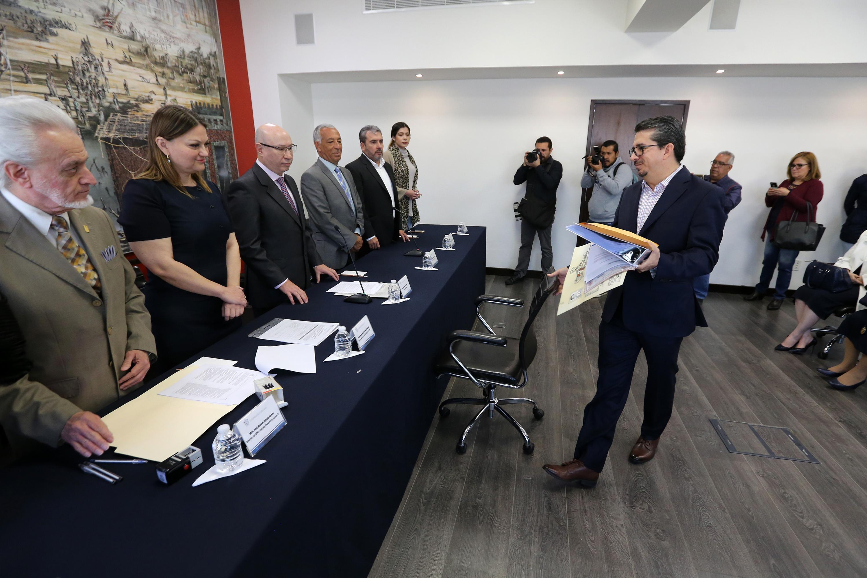 Alberto Castellanos al momento de llegar a la mesa de registro de candidatos