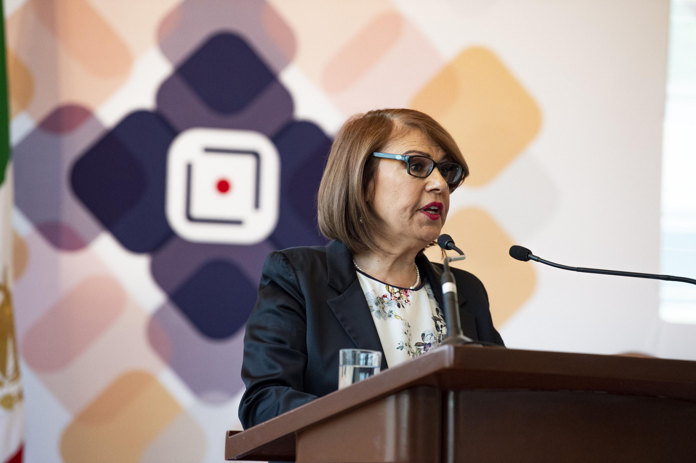 la doctora María Esther Avelar Álvarez hablando desde el podium durante su informe