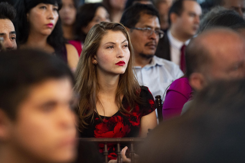Una joven del publico asistente al informe de actividades de la Rectora del SUV