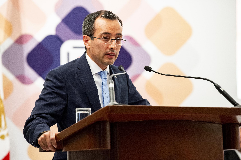 El  doctor Carlos Iván Moreno Arellano hablando desde el podium
