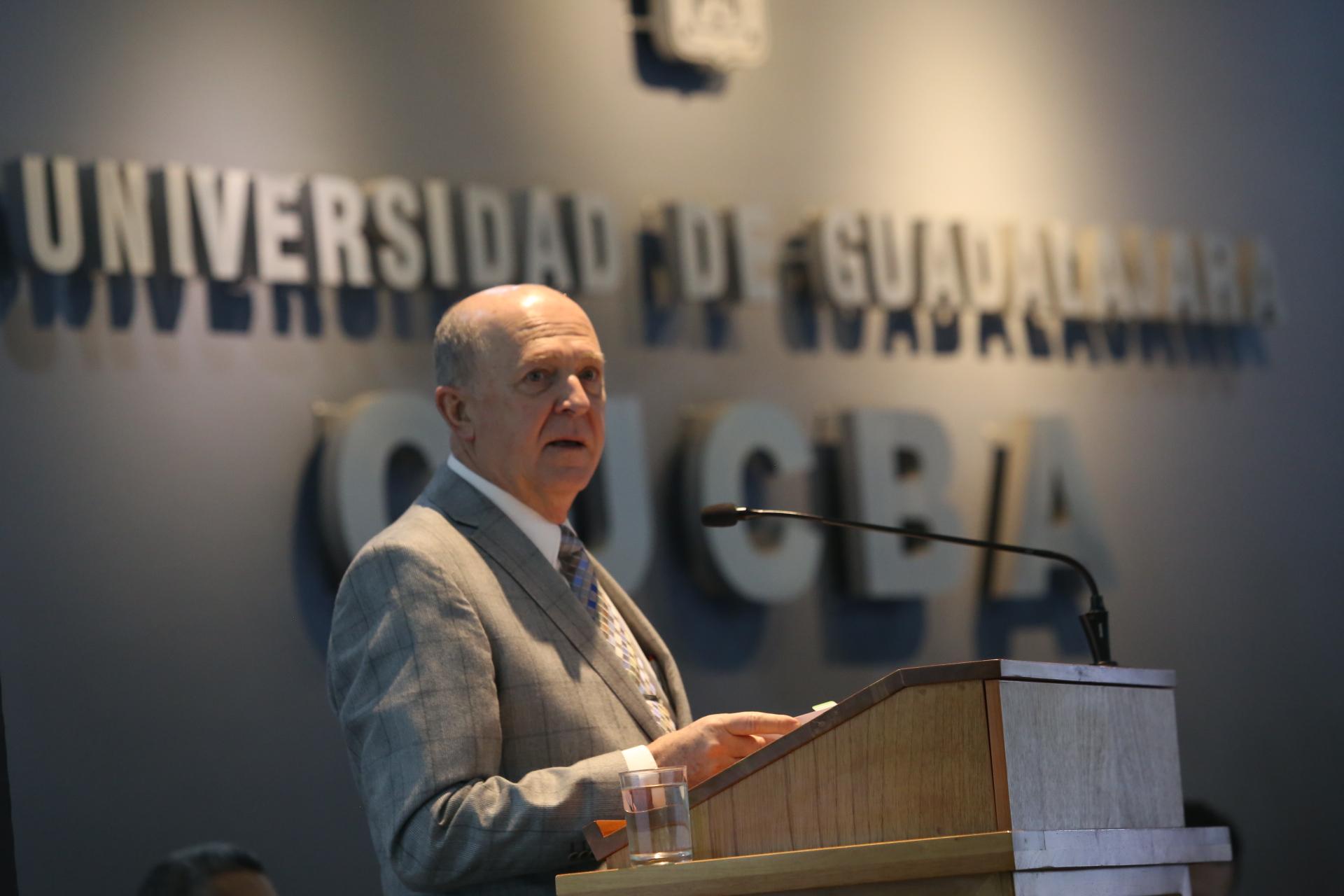 Rector General de la UdeG, doctor Miguel Ángel Navarro Navarro, haciendo uso de la palabra durante el informe de actividades del doctor Carlos Beas Zárate