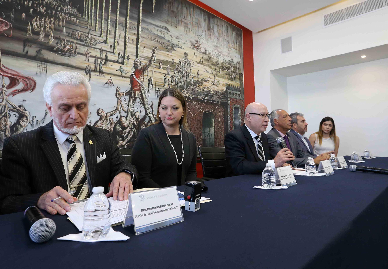 La Comisión Electoral revisando la documentacion del doctor Hector Raul Solis