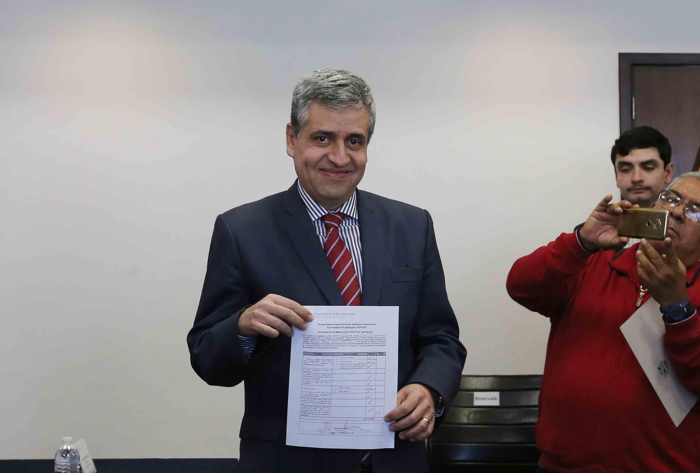 El doctor Héctor Raúl Solís Gadea muestra a los presentes la constancia de registro como candidato
