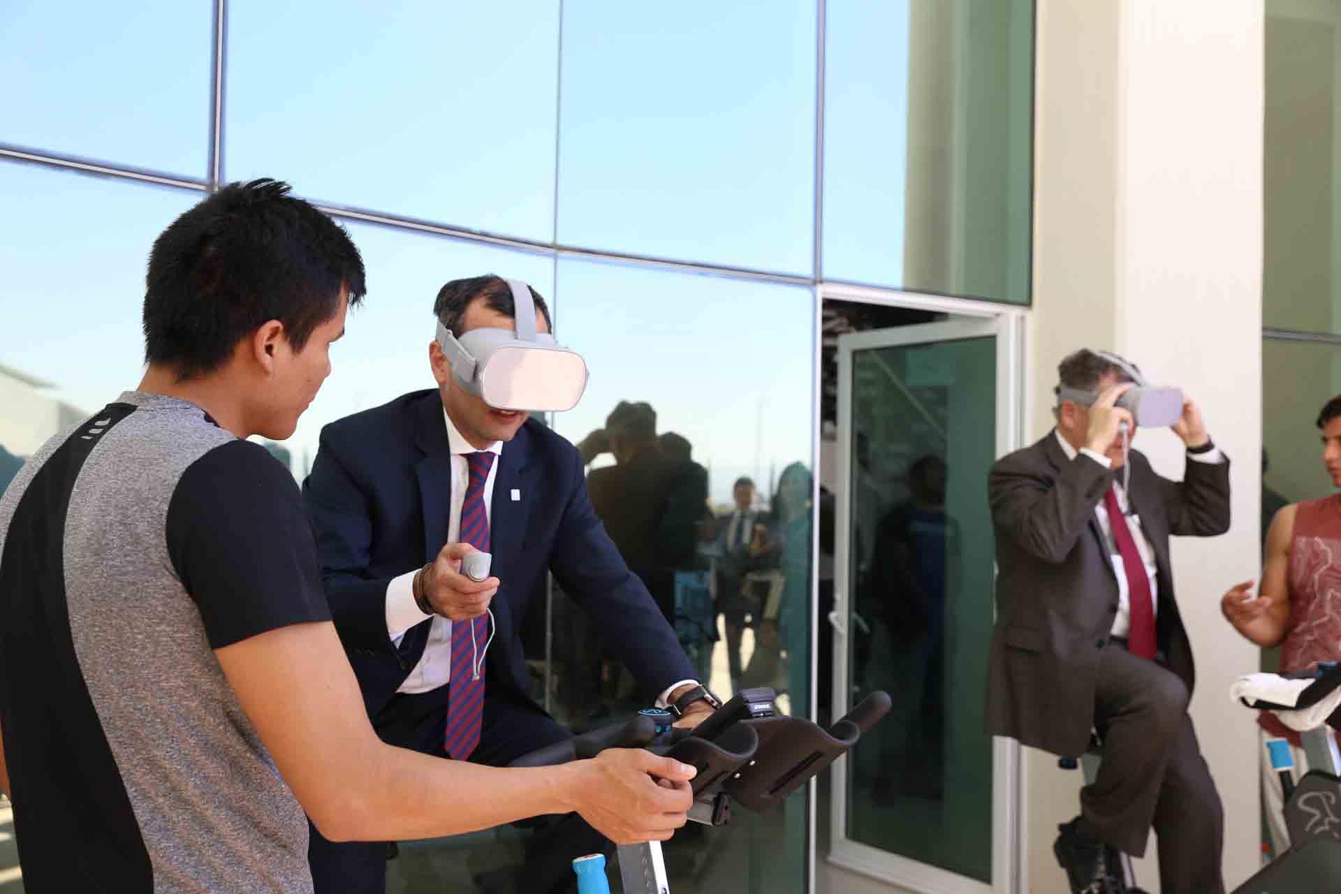 Vicerrector Ejecutivo de la UdeG, doctor Carlos Iván Moreno Arellano y Secretario de Innovación, Ciencia y Tecnología de Jalisco, doctor Alfonso Pompa Padilla; probando las bicicletas con lentes de realidad virtual, durante acto inagural.
