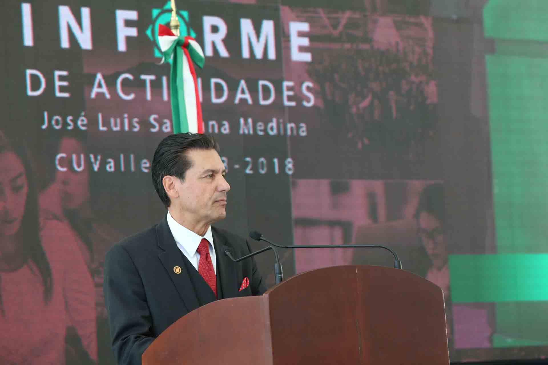 Doctor José Luis Santana Medina, Rector del Centro Universitario de los Valles; en podium del evento, rindiendo su informe de actividades 2018.