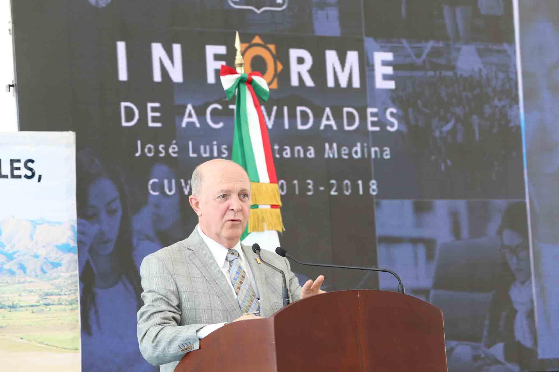 Rector General de la Universidad de Guadalajara, doctror Miguel Ángel Navarro Navarro; en podium del evento, haciendo uso de la palabra, durante apertura del informe 2018 del Rector de CuValles.